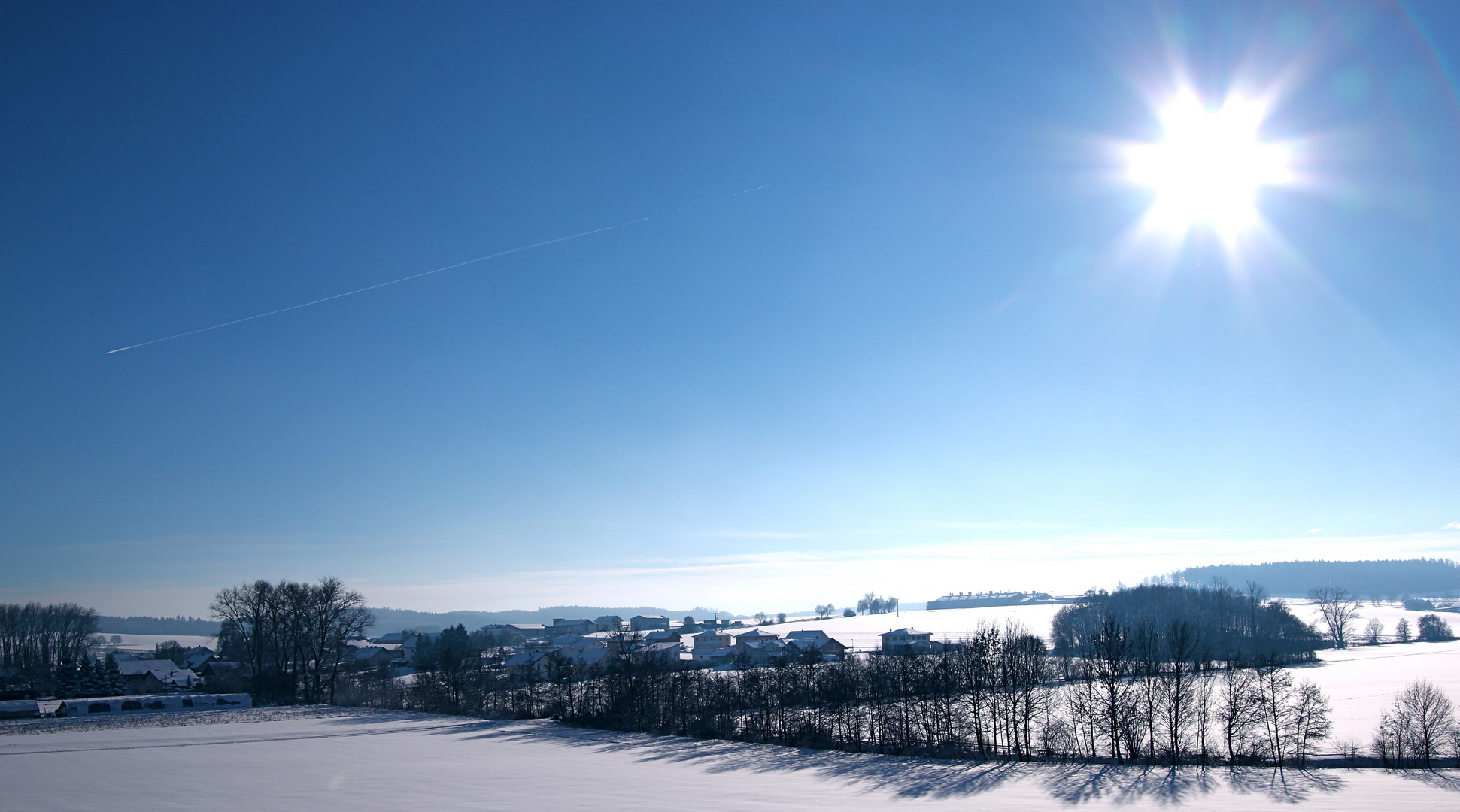 blauer himmel schnee und sonnenschein foto bild jahreszeiten winter natur bilder auf. Black Bedroom Furniture Sets. Home Design Ideas