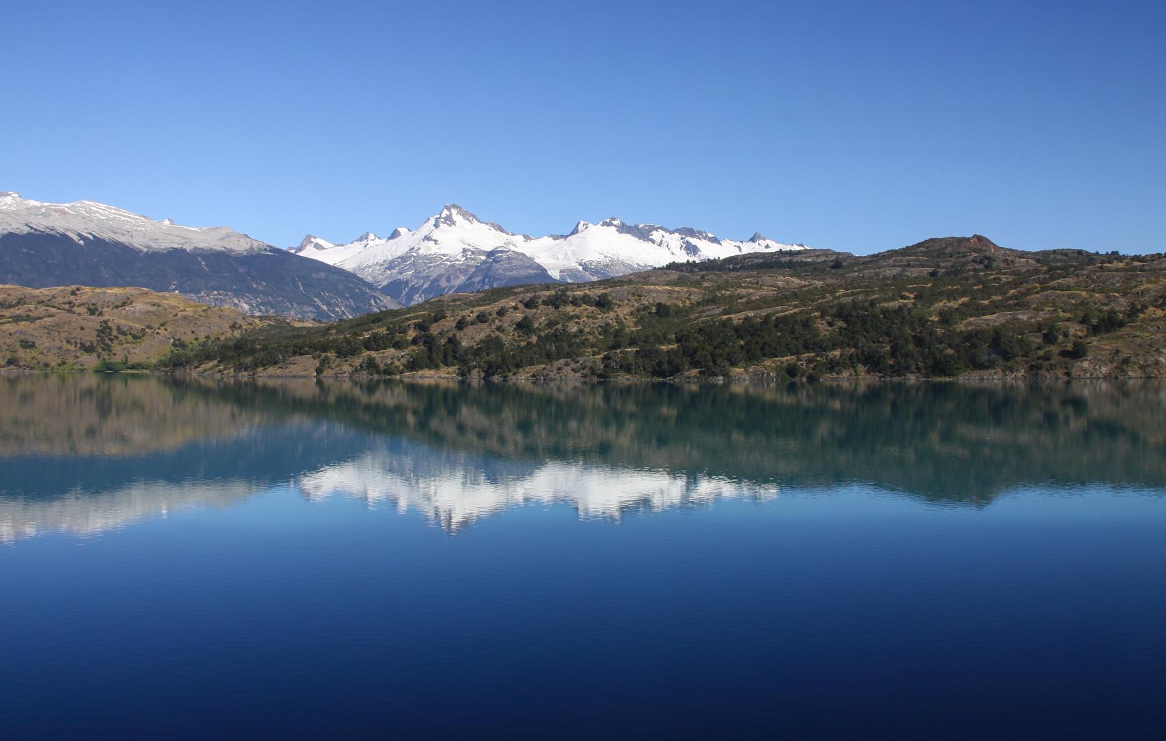 Blauer See und weiße Berge