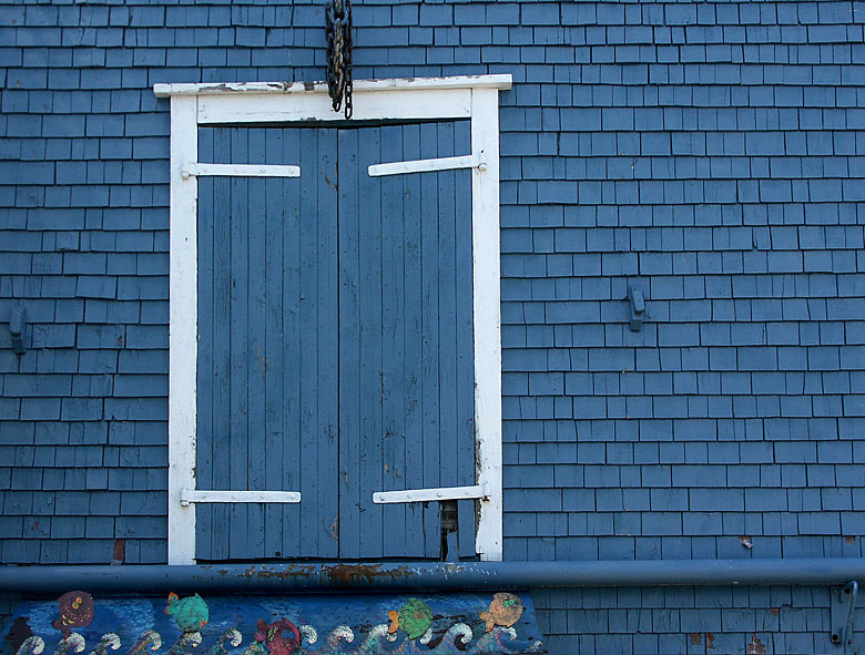 Blaues Fenster in blauem Haus