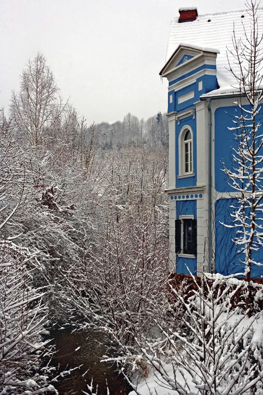 Blaues Haus am Schirningbach in Gratwein an einem trüben Wintertag!
