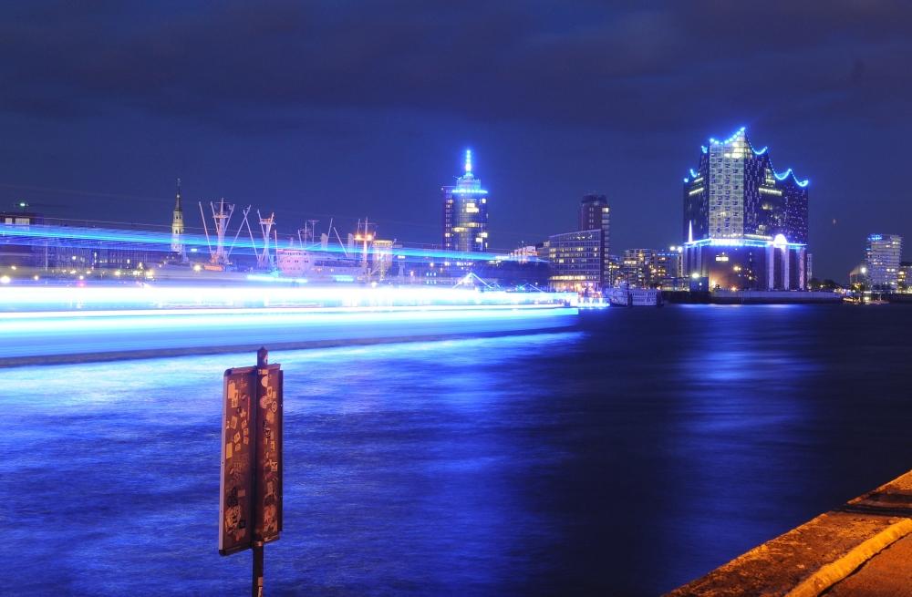 Blaues Licht im Hafen