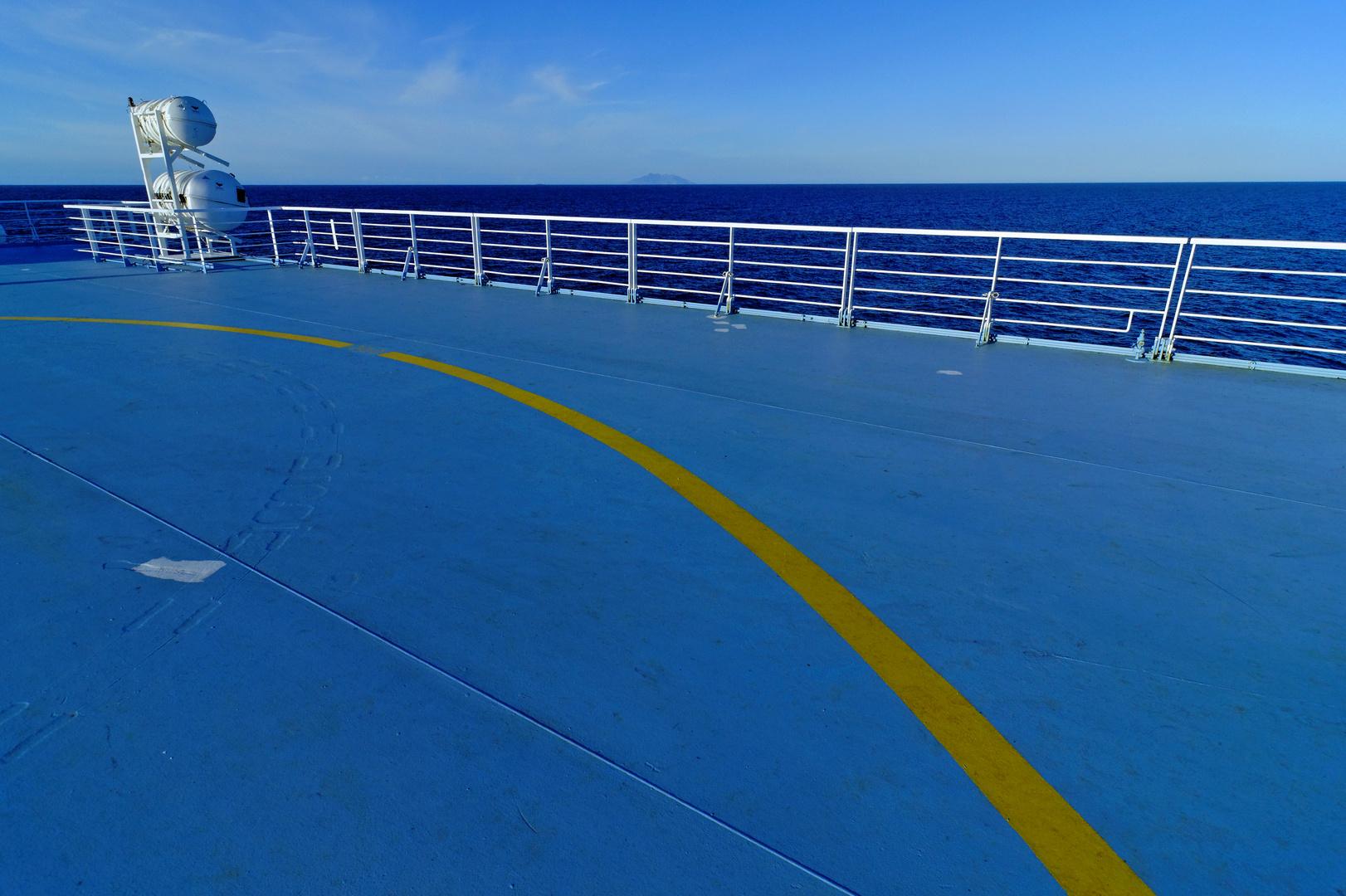 Blaues Schiff, blaues Meer, blauer Himmel