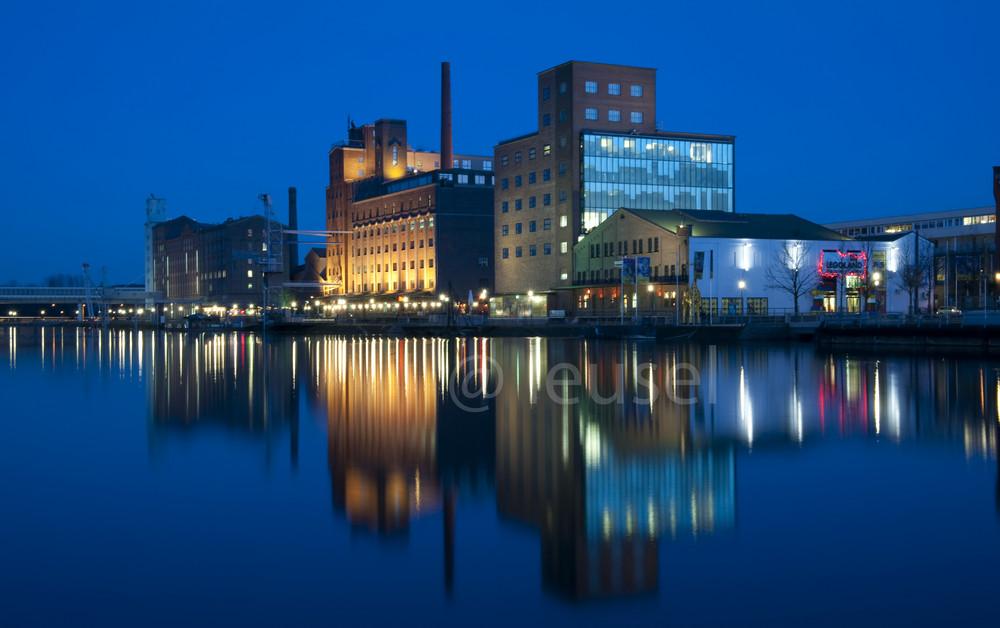 Blauestunde im Innenhafen von Duisburg