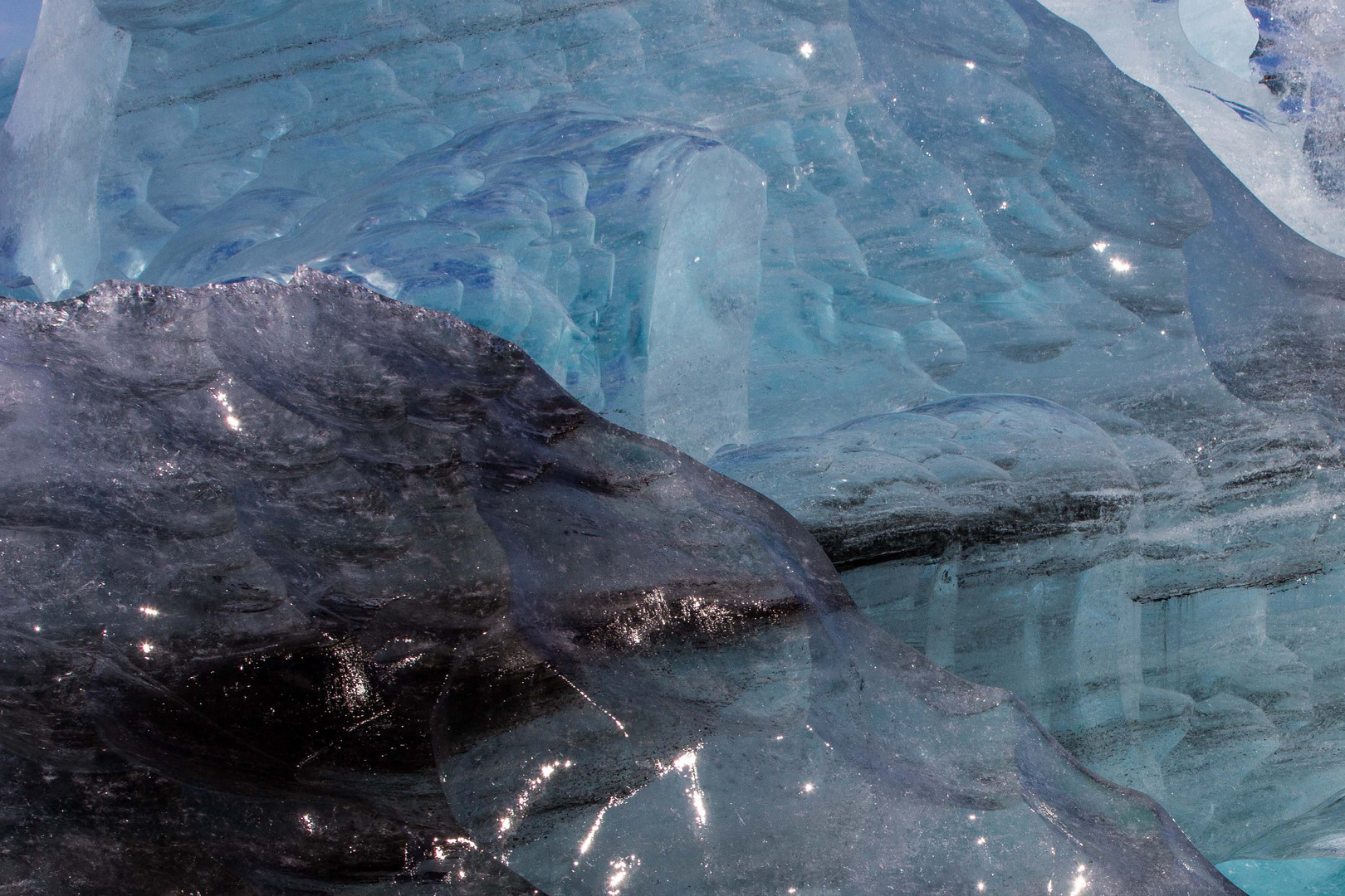 Blauschwarzes Eisgebilde