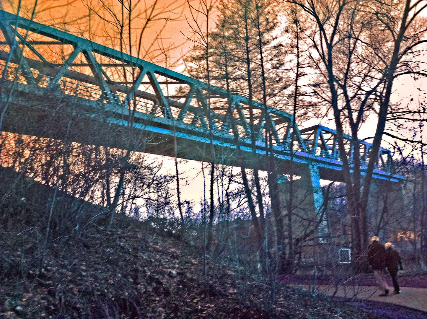 Blauvariante einer Eisenbahnbrücke