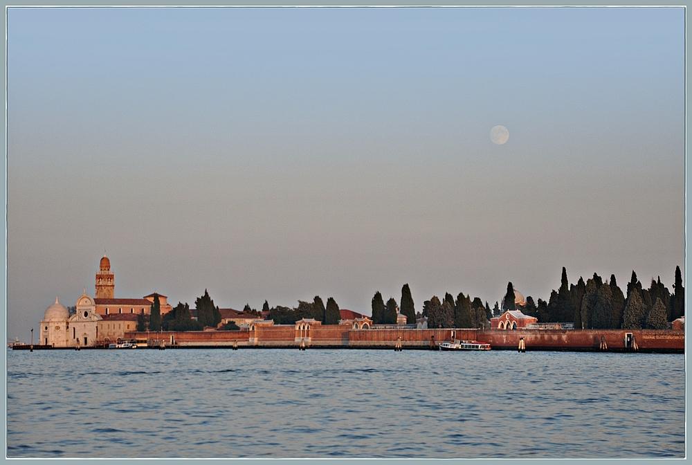 Bleicher Mond über San Michele