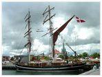 Blick auf altes Segelschiff,alten Pulverturm und alten Kirchturm der Stadt Frederikshavn.