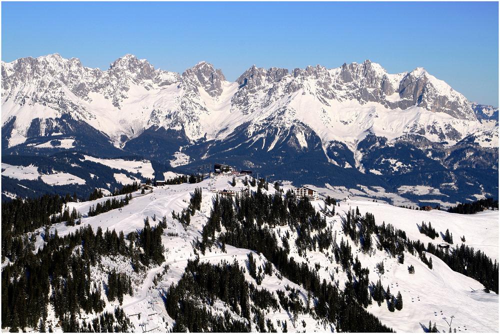 Blick auf Bergstation Hahnenkammbahn und Wilder Kaiser / Kitzbühel