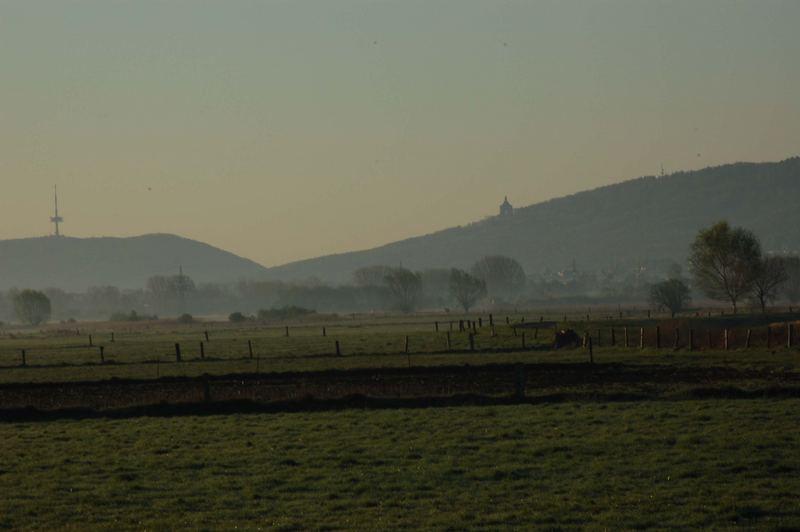 Blick auf das kaiser Wilhelm Denkmal und den Fernsehturm in der Morgendämmerung
