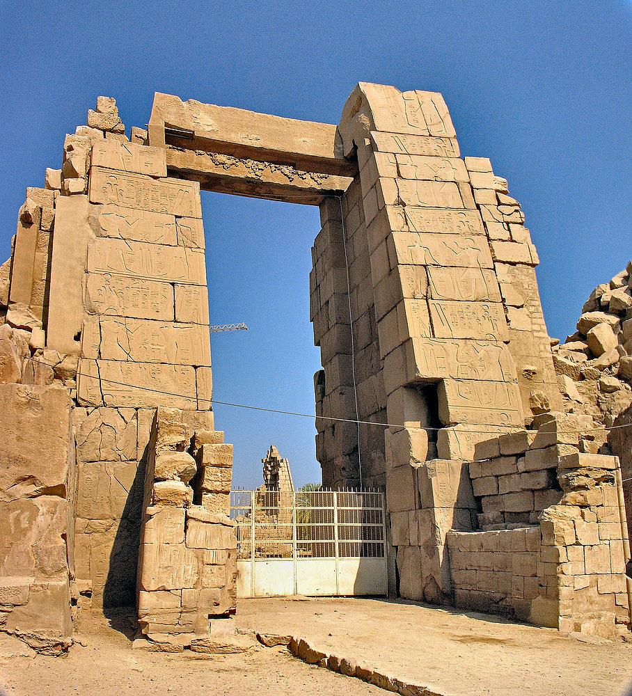 Blick auf den 10. Pylon vom Karnak-Tempel außerhalb der Umfassungsmauer.