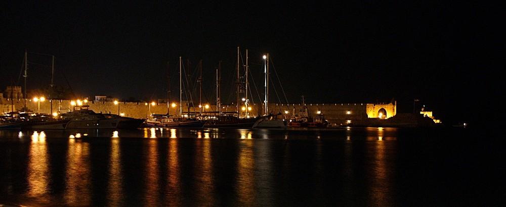 Blick auf den Hafen von Rhodos-Stadt