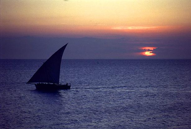 Blick auf den indischen Ozean mit Dhow Boot - Stonetown, Sansibar