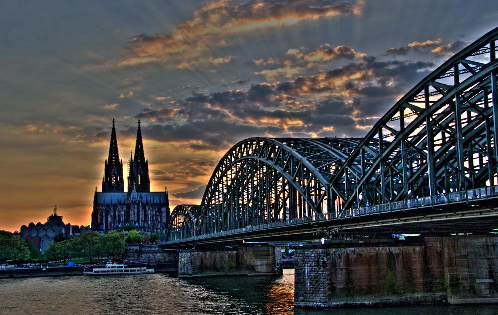 Blick auf den Kölner Dom in der Nacht