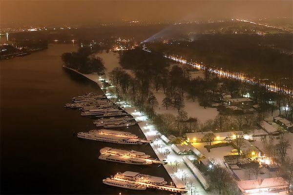 Blick auf den nächtlichen Treptower Hafen