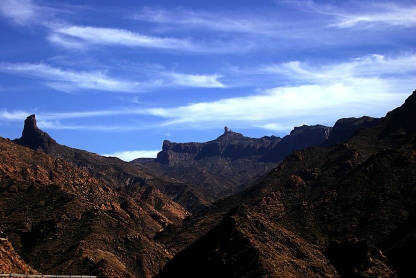Blick auf den Roque Nublo/Links der Roque de Bentaiga