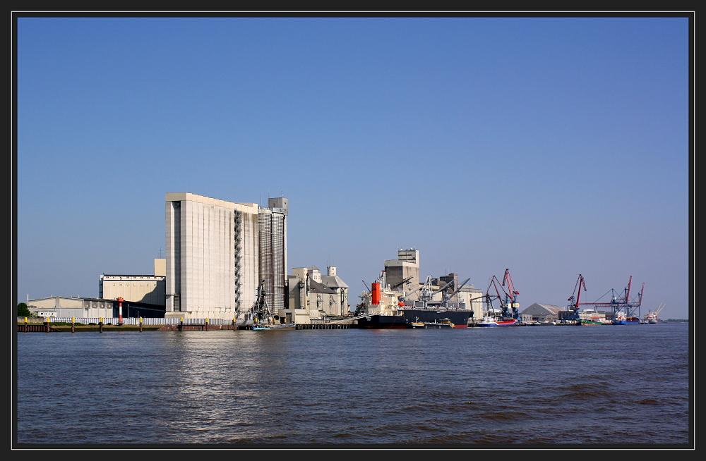 Blick auf den Seehafen Brake