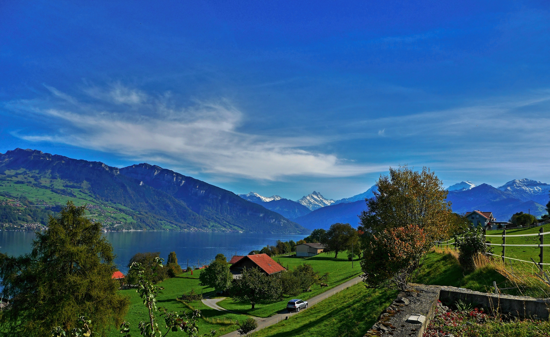 Blick auf den Thunersee und die Berge