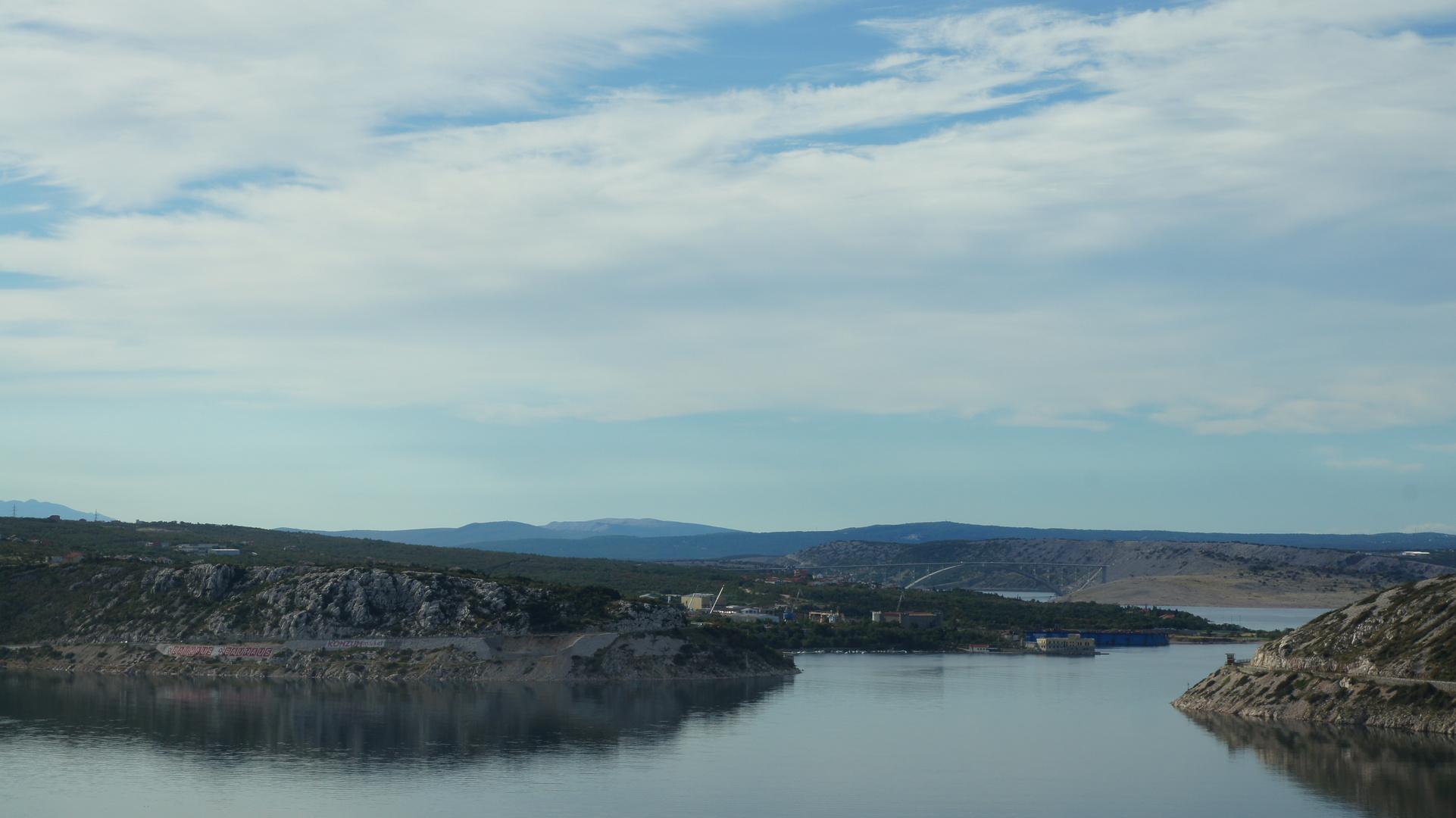 Blick auf die Adria und Brücke von der Insel Krk