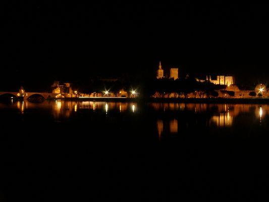 Blick auf die beleuchtete Altstadt Avignon
