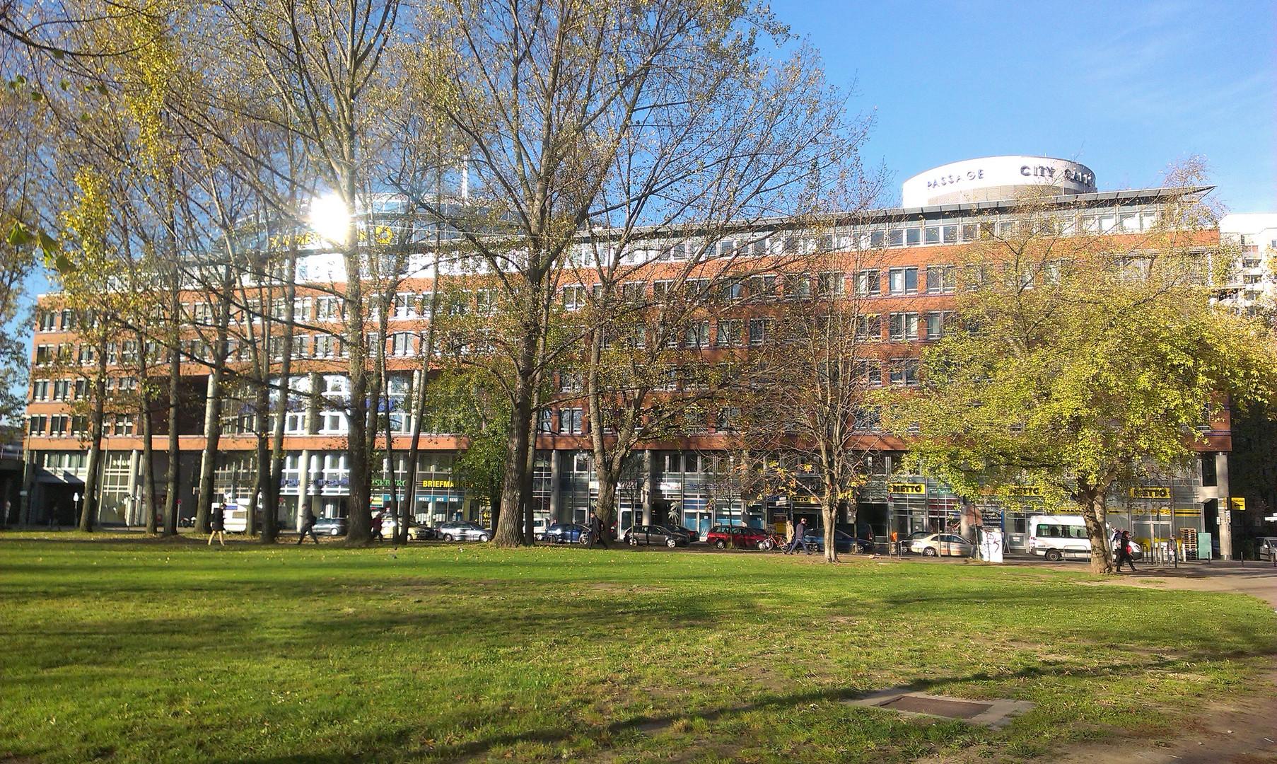 Blick auf die Commerz-Bank Filiale am Ostbahnhof