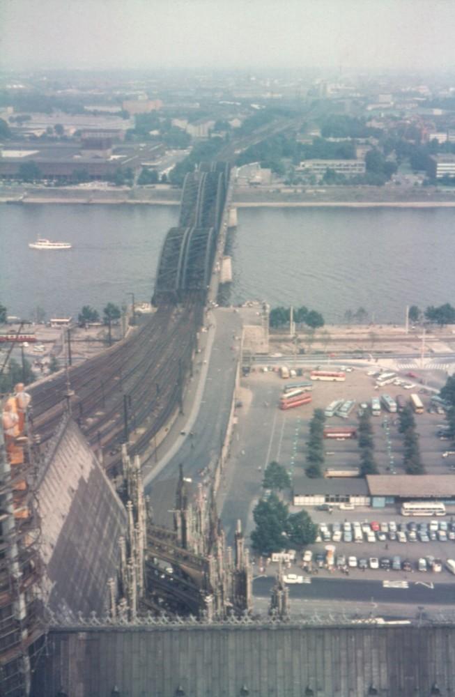 Blick auf die Hohenzollern Brücke in Köln