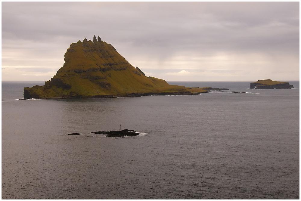 Blick auf die Inseln Tindholmur und Gasholmur