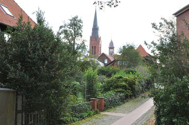 Blick auf die Kirche und den Rathausturm