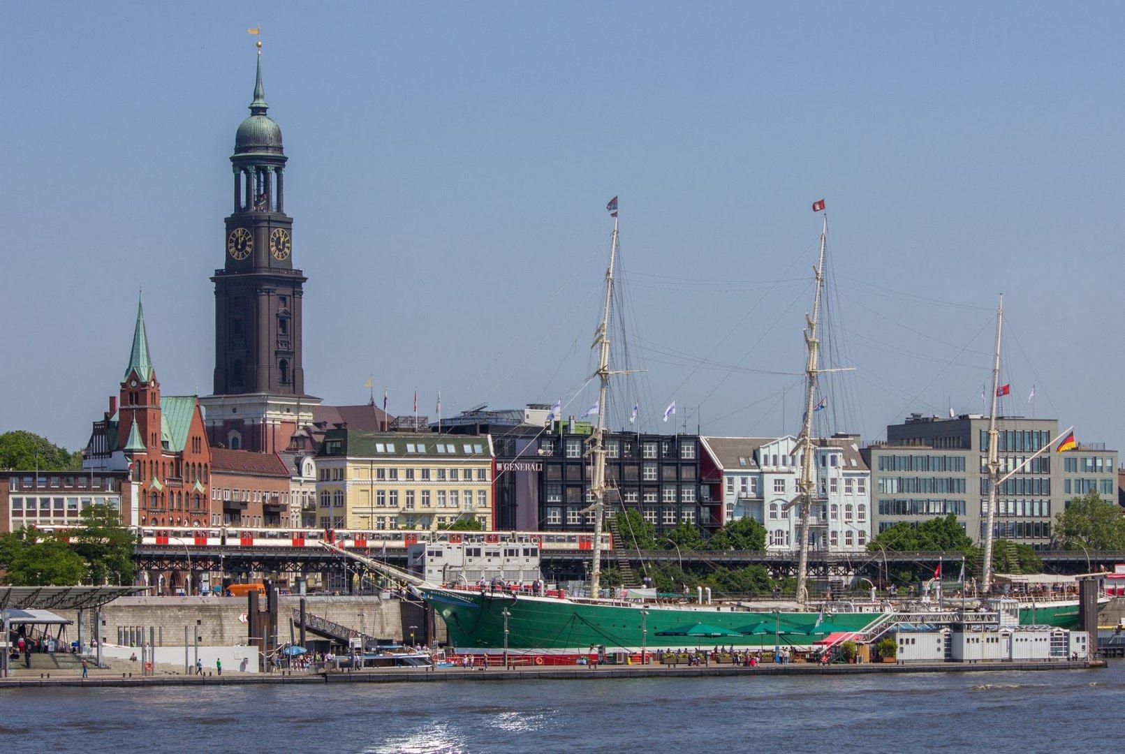 Blick auf die Landungsbrücken und den Hamburger Michel