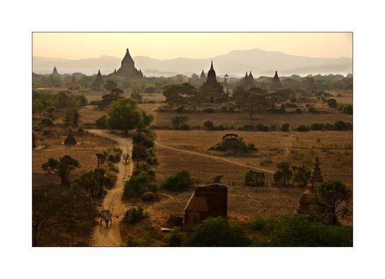Blick auf die Pagodenlandschaft von Bagan