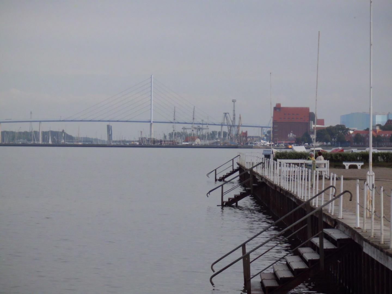 Blick auf die Rügenbrücke vom Strandbad in Stralsund