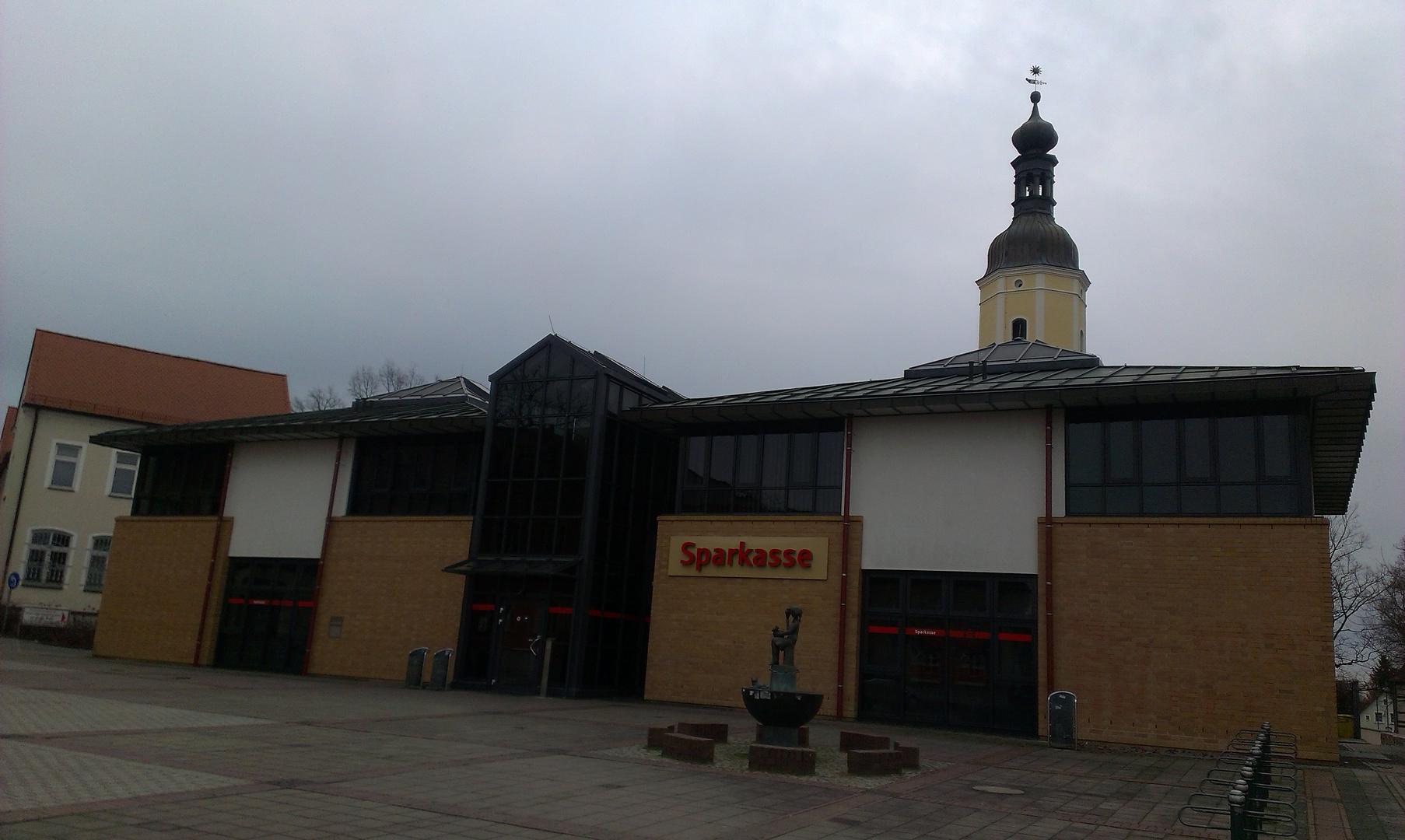 Blick auf die Sparkassen-Filiale in Lauchhammer-Mitte
