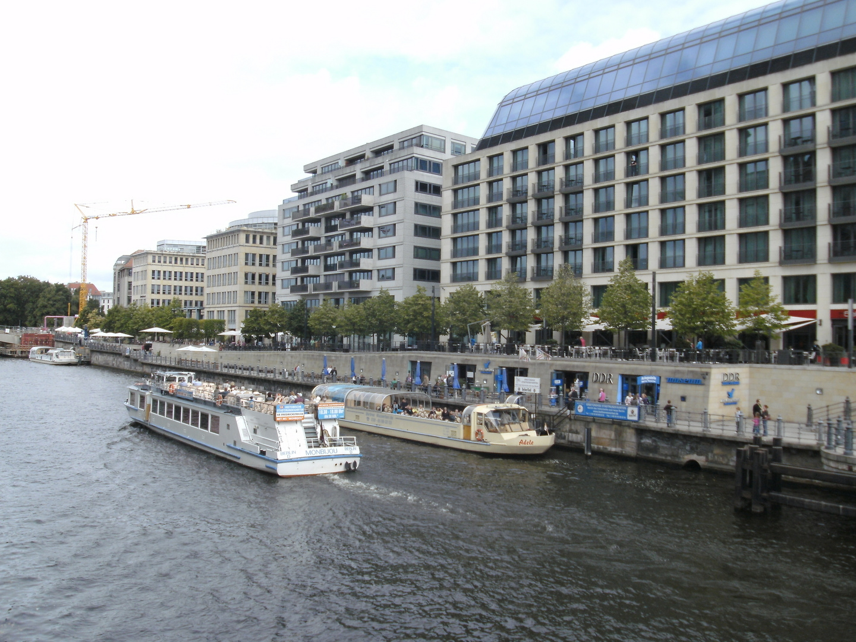 Blick auf die Spreepromenade am Hotel Radisson Blu