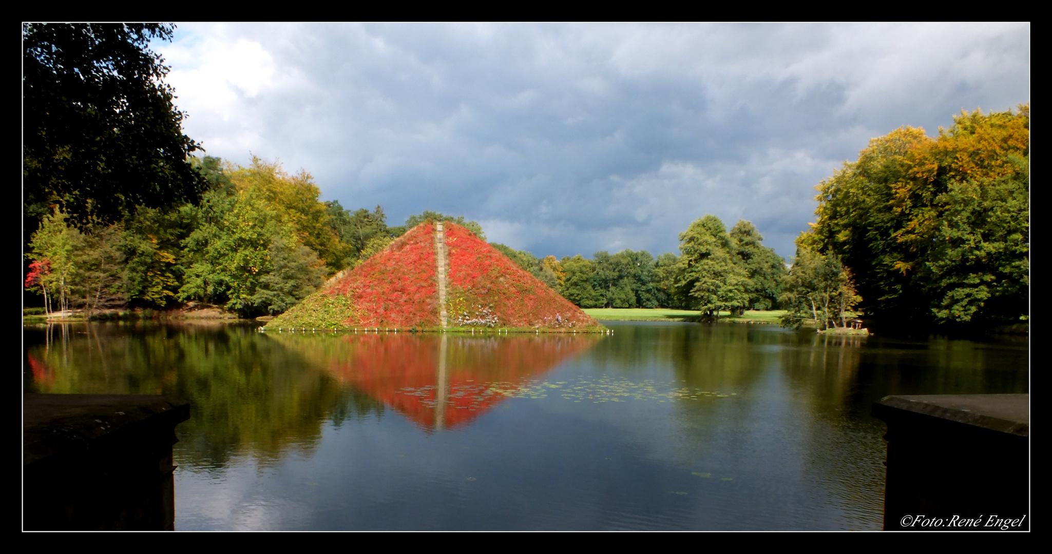 Blick auf die Wasserpyramide im Branitzer Park