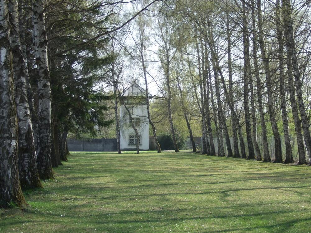 Blick auf einen der Wachtürme im KZ Dachau