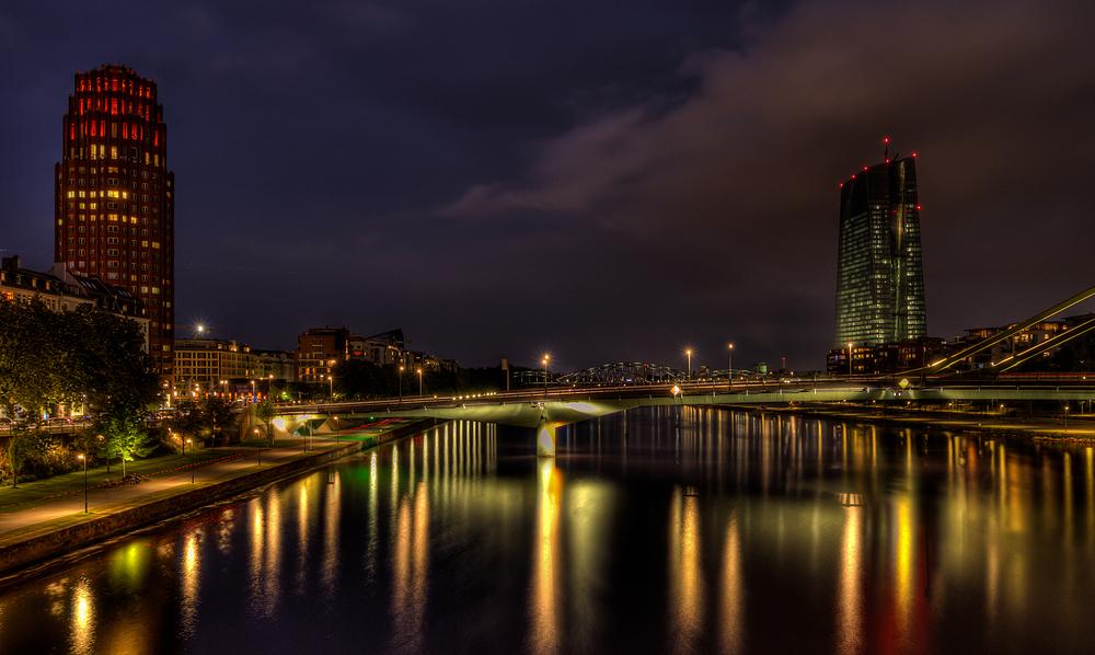 Blick auf Main-Plaza-Hotel und EZB bei Nacht