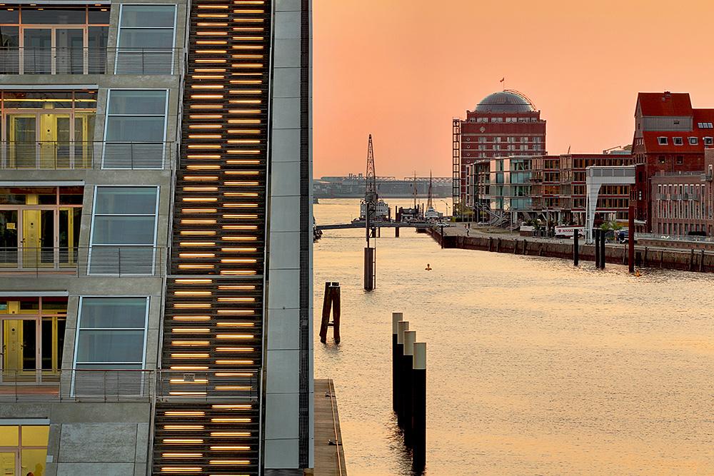 Blick auf Neumühlen mit dem Dockland im Vordergrund links