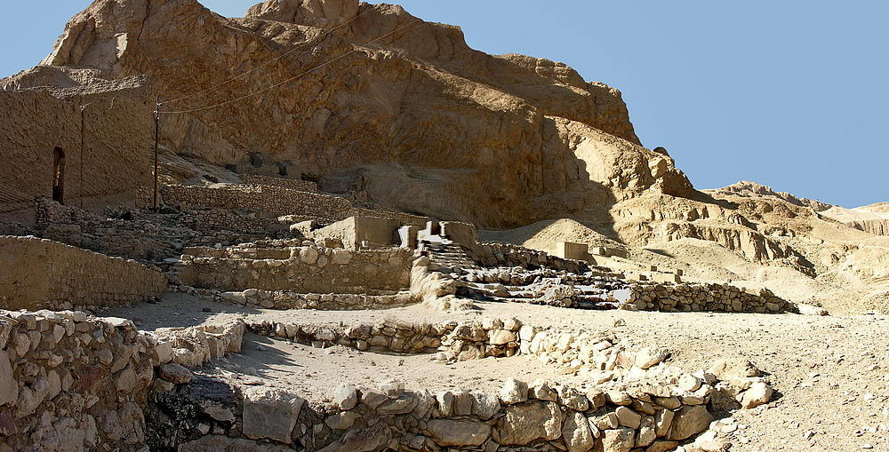 Blick auf Reste von verschiedenen Grundmauern nördlich von der Hathorkapelle in Deir el Medine