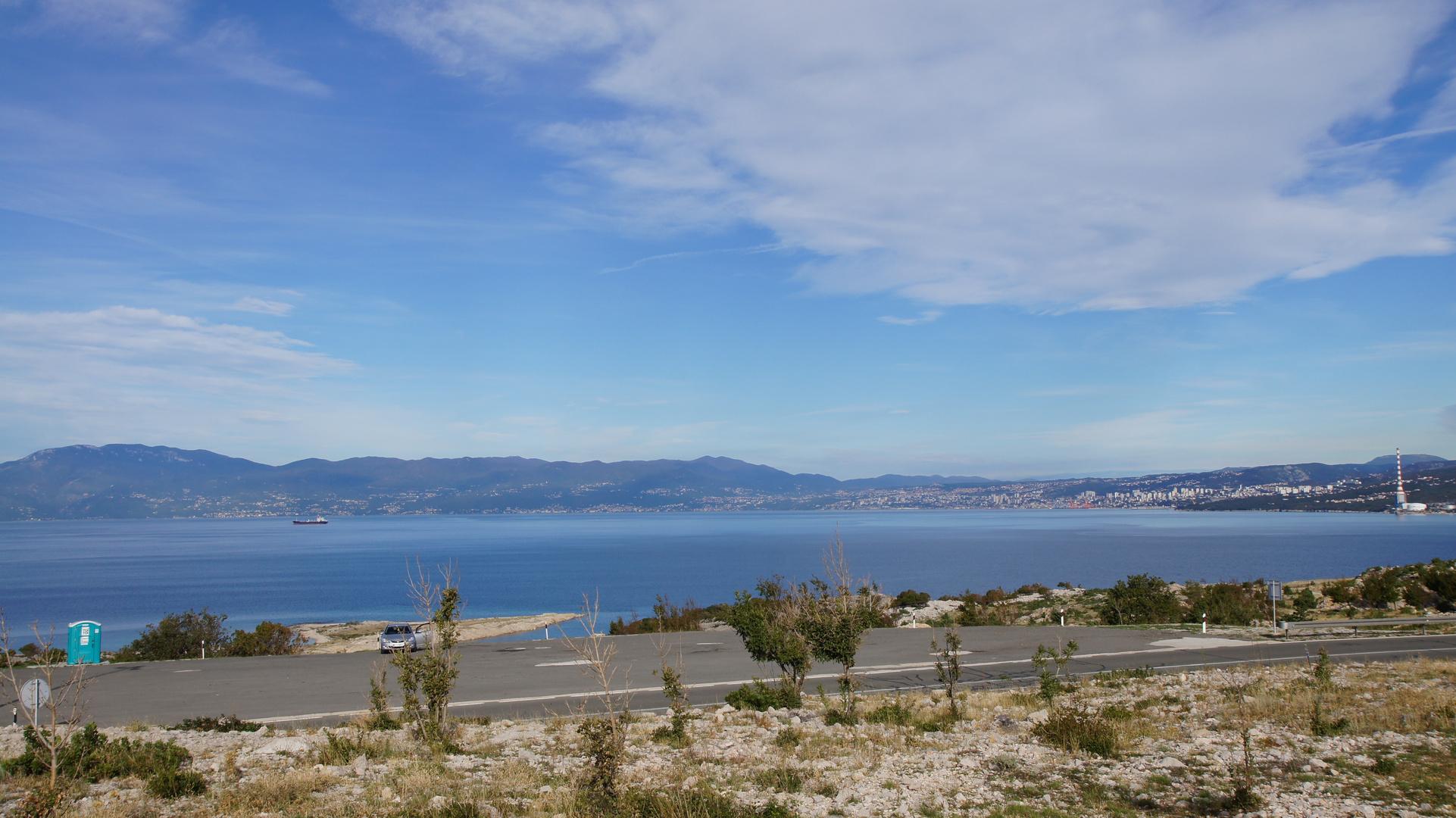 Blick auf Rieka von der Insel Krk