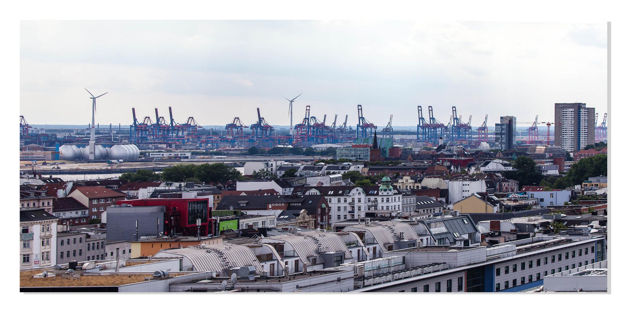 Blick auf Sankt Pauli und dem Hamburger Hafen