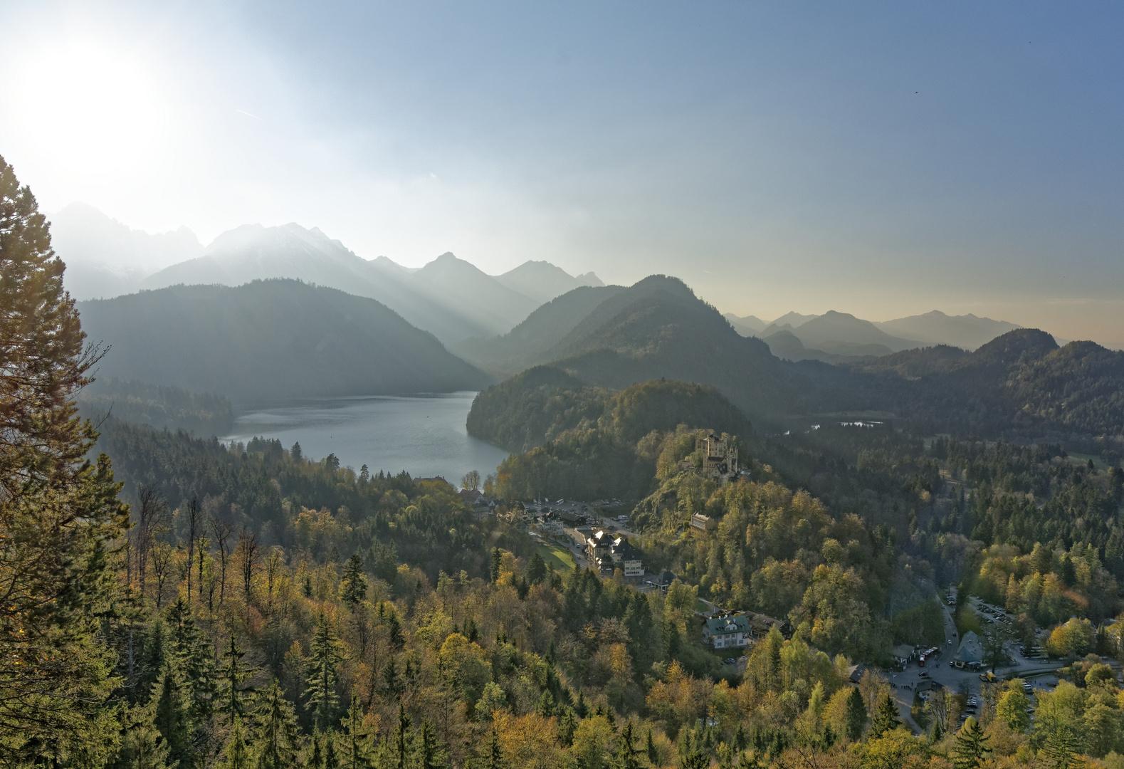 Blick auf Schloss Hohenschwangau, Alpsee und Berge