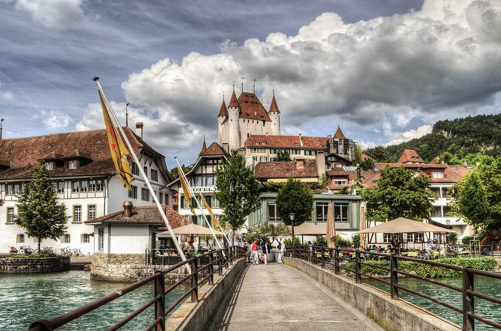 Blick auf Schloss Thun ...