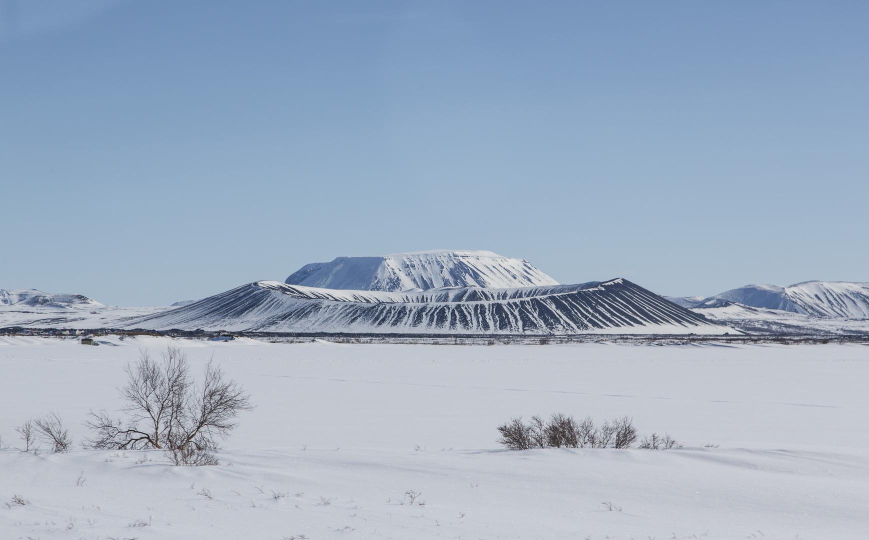 Blick auf Vulkan Hverfell von Dimmoborgir aus