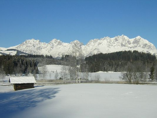 Blick auf Wilden Kaiser mit Schwarzsee im Vordergrund