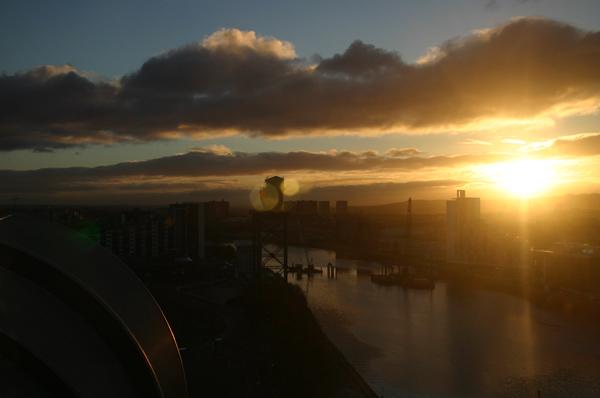 Blick aus dem 14. Stock des Crown Plaza Glasgow bei Sonnenaufgang