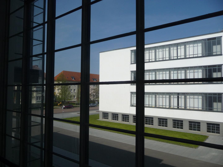 Blick aus dem Bauhaus zu Dessau