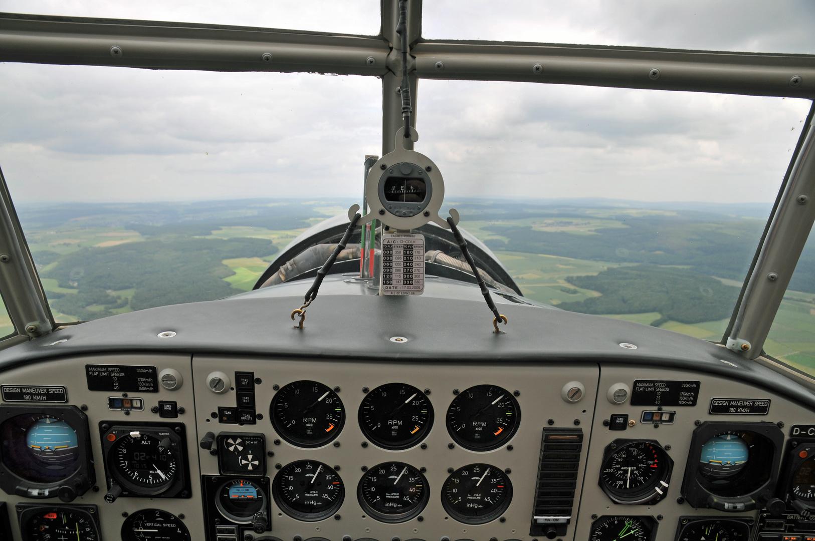 - Blick aus dem Cockpit der Ju-52 -