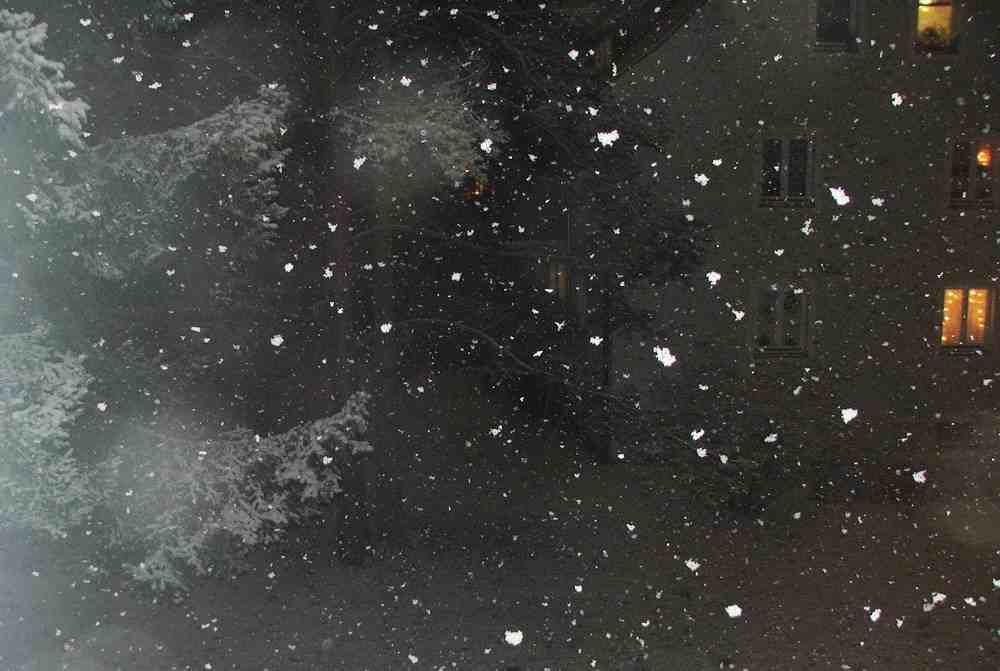 Blick aus dem Fenster bei starkem Schneefall in der Nacht