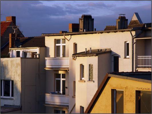 Blick aus dem Fenster im Abendlicht