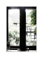 Blick aus dem Fenster zu einem Fenster