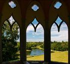 Blick aus dem gotischen Tempel auf den Painshill Gardens / England